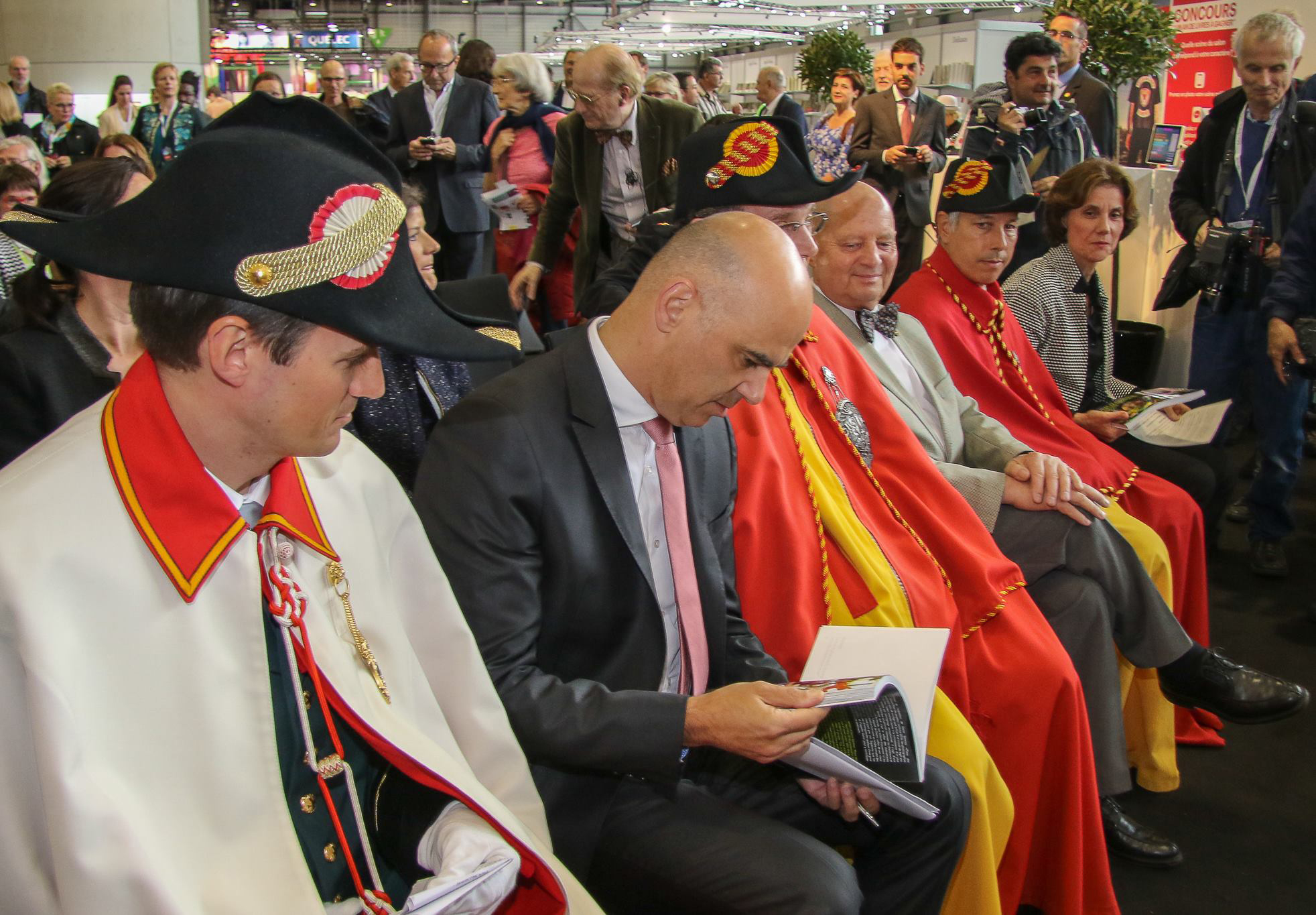 Monsieur le vice-Président du Conseil fédéral Alain Berset et Mme la Conseillère d'Etat Anne Emery-Torracinta lors de l'inauguration du salon du livre