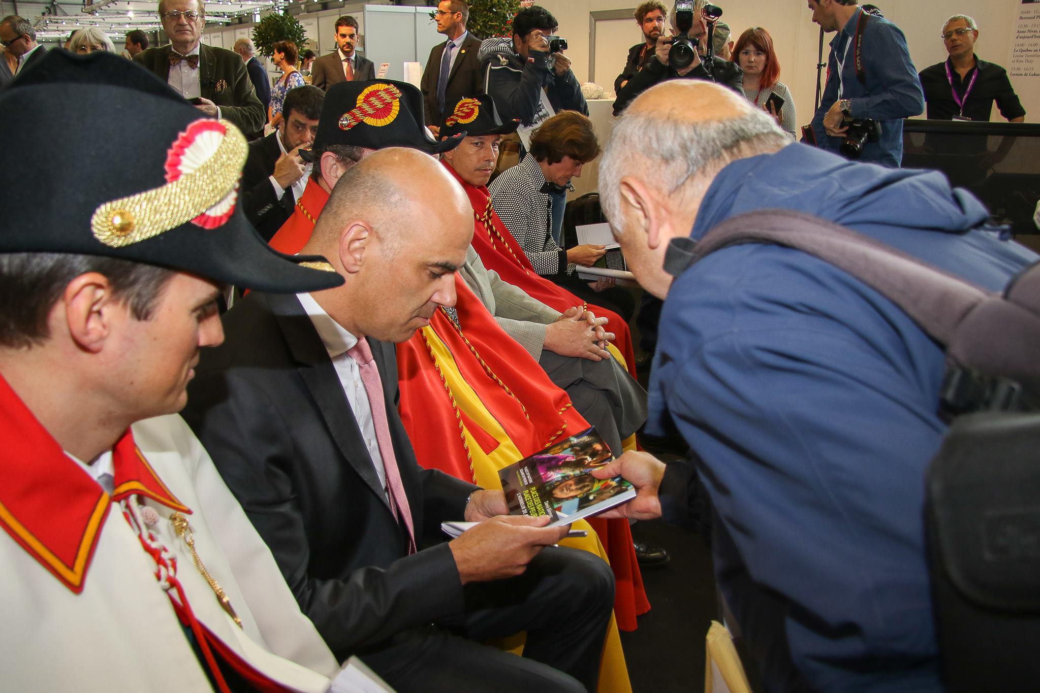 J'ai présenté mon livre à Monsieur le vice-Président du Conseil fédéral Alain Berset lors de l'inauguration du salon du livre